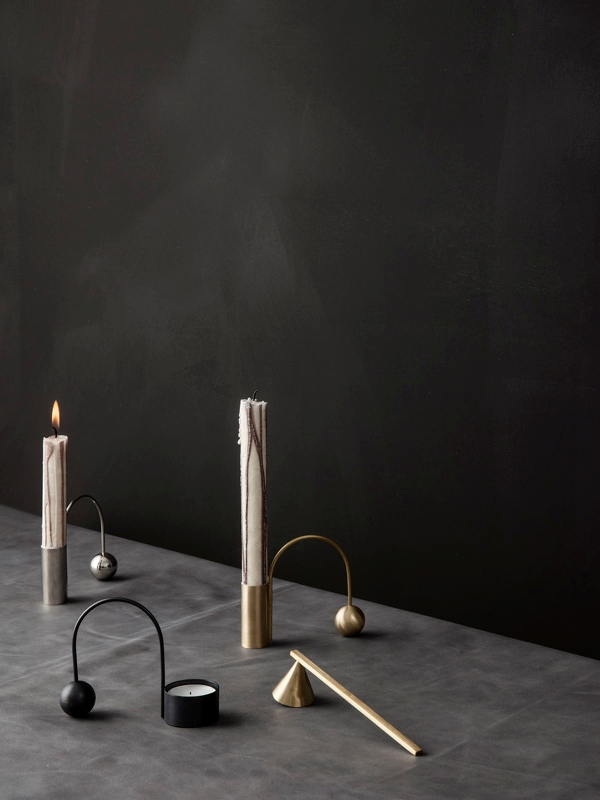 Bilde av Balance Tealight Holder - Black Brass